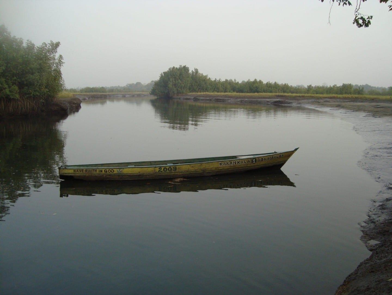 Barco de pesca en el río Port Loko Sierra Leone