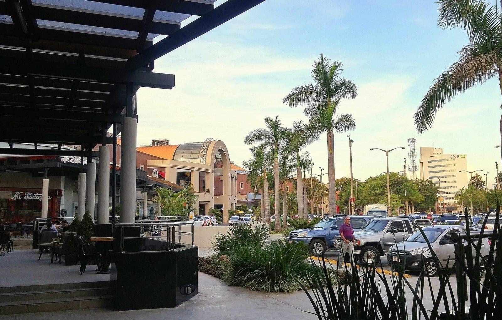 Compras en el centro comercial de Sol Paraguay