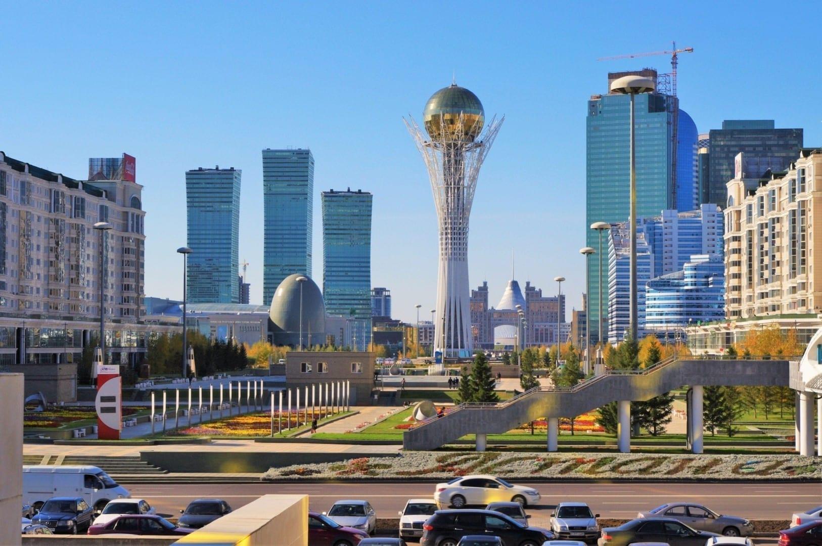 El centro con la Torre Baiterek en el medio Kazajistán