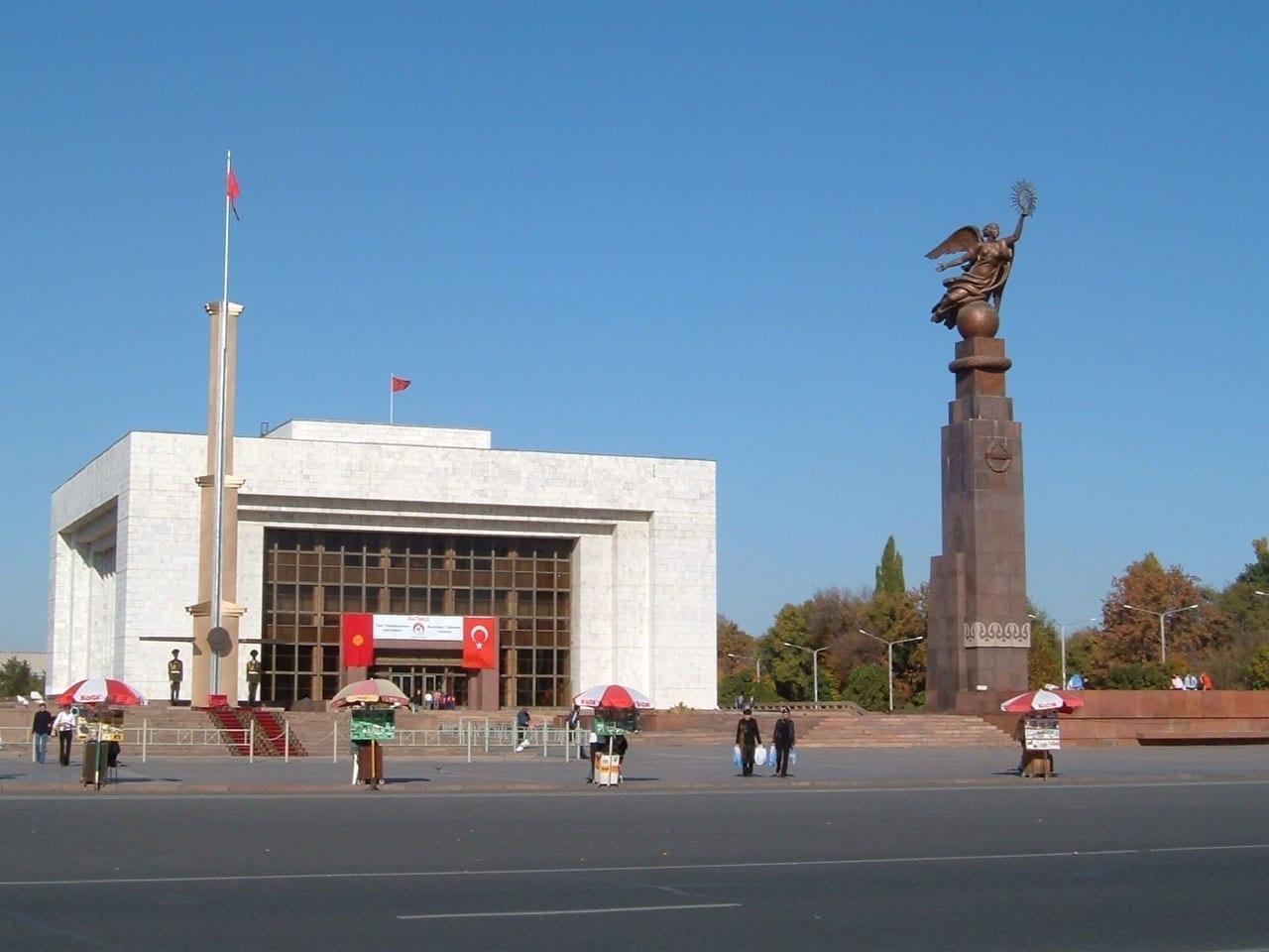 El Monumento a la Independencia en la plaza Ala-Too, con el Museo Histórico Nacional al fondo. Kirguizistán