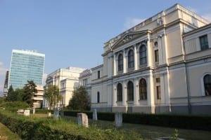 El Museo Nacional (derecha) y el edificio del Parlamento (izquierda). Bosnia y Herzegovina