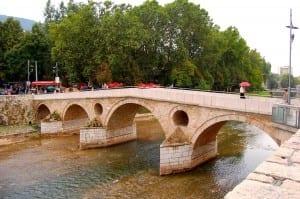 El Puente Latino de Sarajevo está justo enfrente de donde el Archiduque Francisco Fernando fue asesinado por Gavrilo Princip, poniendo en marcha el be Bosnia y Herzegovina