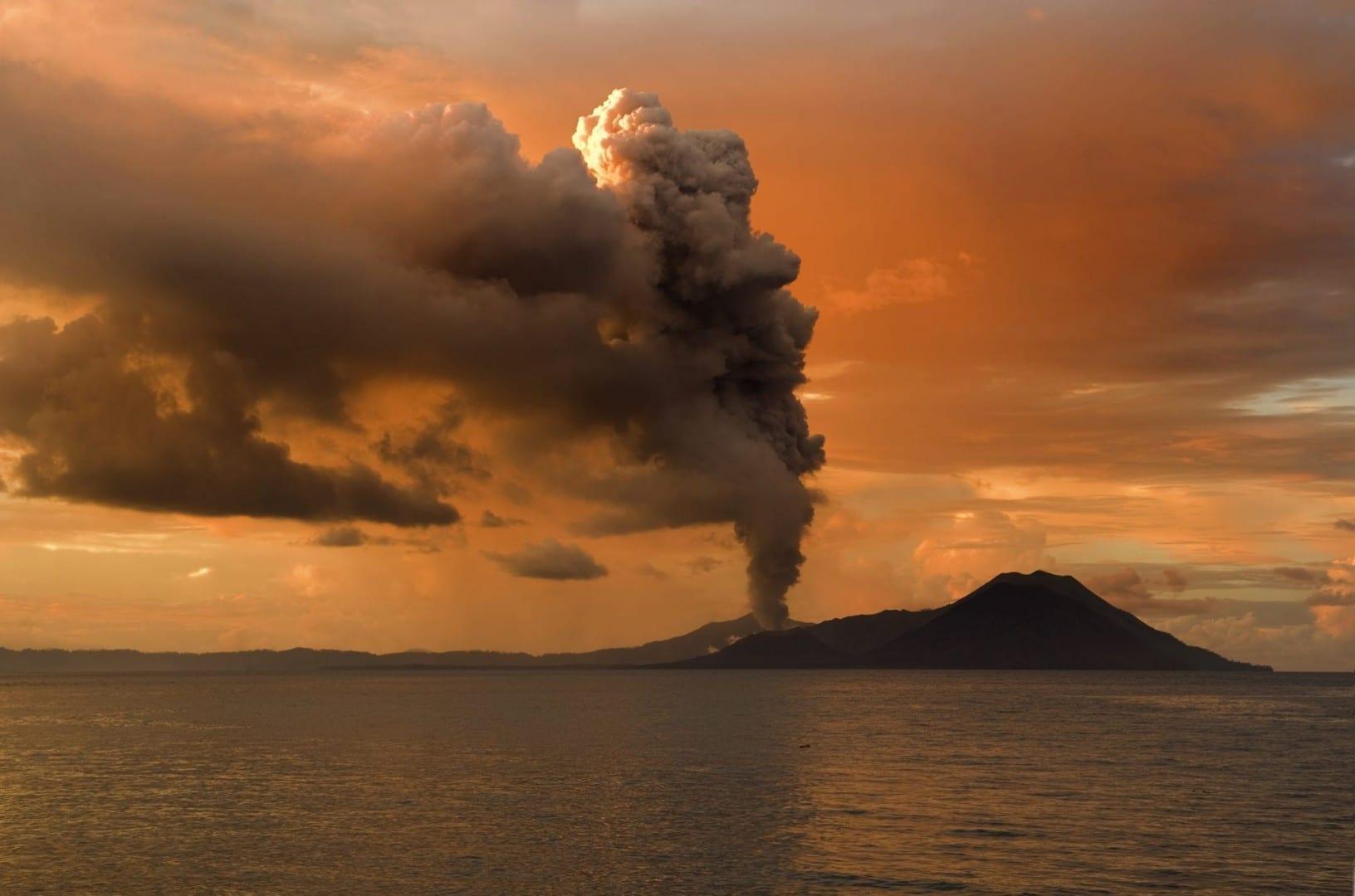 El volcán Tavurvur está muy cerca de Rabaul, en la Nueva Bretaña Oriental. Papúa Nueva Guinea