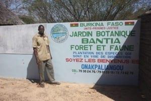 Entrada al Jardín Botánico de Bantia con su fundador Hampougouni Thiombiano Burkina Faso