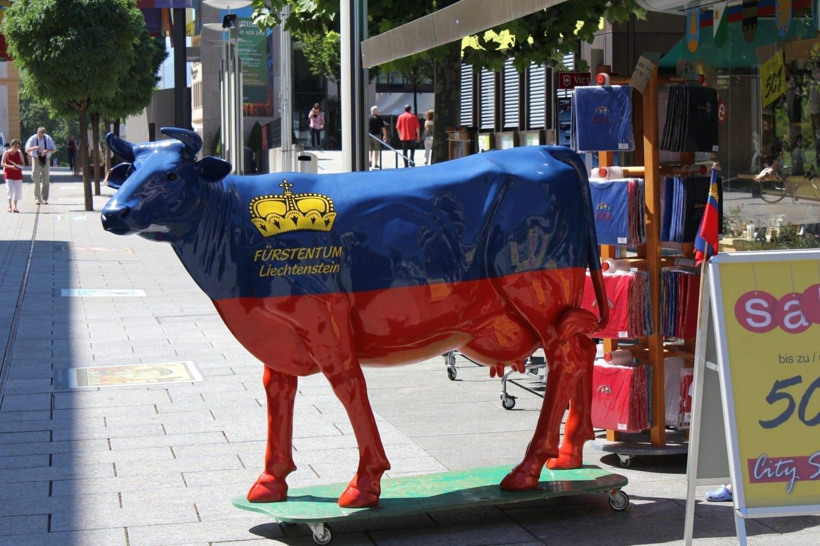 Estatua de una vaca en el exterior de una tienda de recuerdos en Vaduz Liechtenstein