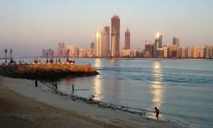 La ciudad de Abu Dhabi brillando con la luz del atardecer. Emiratos Árabes Unidos