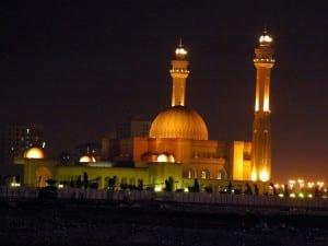 La mezquita de Al-Fateh de noche Bahrein