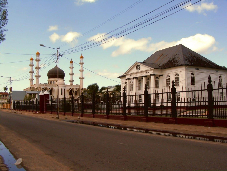 La sinagoga Neveh Shalom junto a la mezquita Keizerstraat Surinam