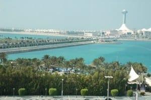 Las aguas turquesas del Golfo Pérsico a lo largo de la Corniche, con el centro comercial Marina al fondo Emiratos Árabes Unidos