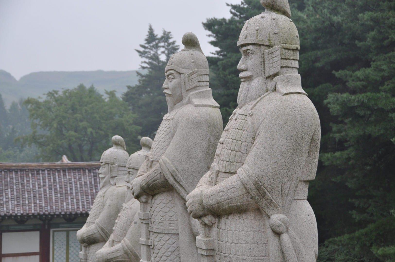 Las estatuas de la tumba del Rey Wanggon, el fundador de la Dinastía Goryeo, en Kaesong... Corea del Norte