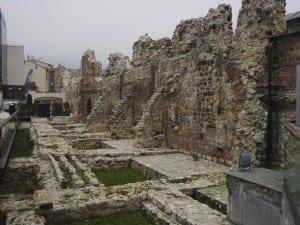 Las ruinas de Tashlihan entre el Hotel Europa y la bezestán. Bosnia y Herzegovina
