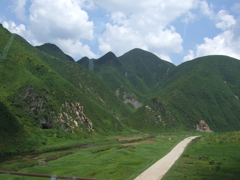 Paisajes montañosos cerca de Kaesong Corea del Norte