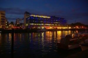 Parte del desarrollo de Harbourside por la noche. ¡Puede valer la pena dar un paseo por el muelle cuando oscurezca! Reino Unido