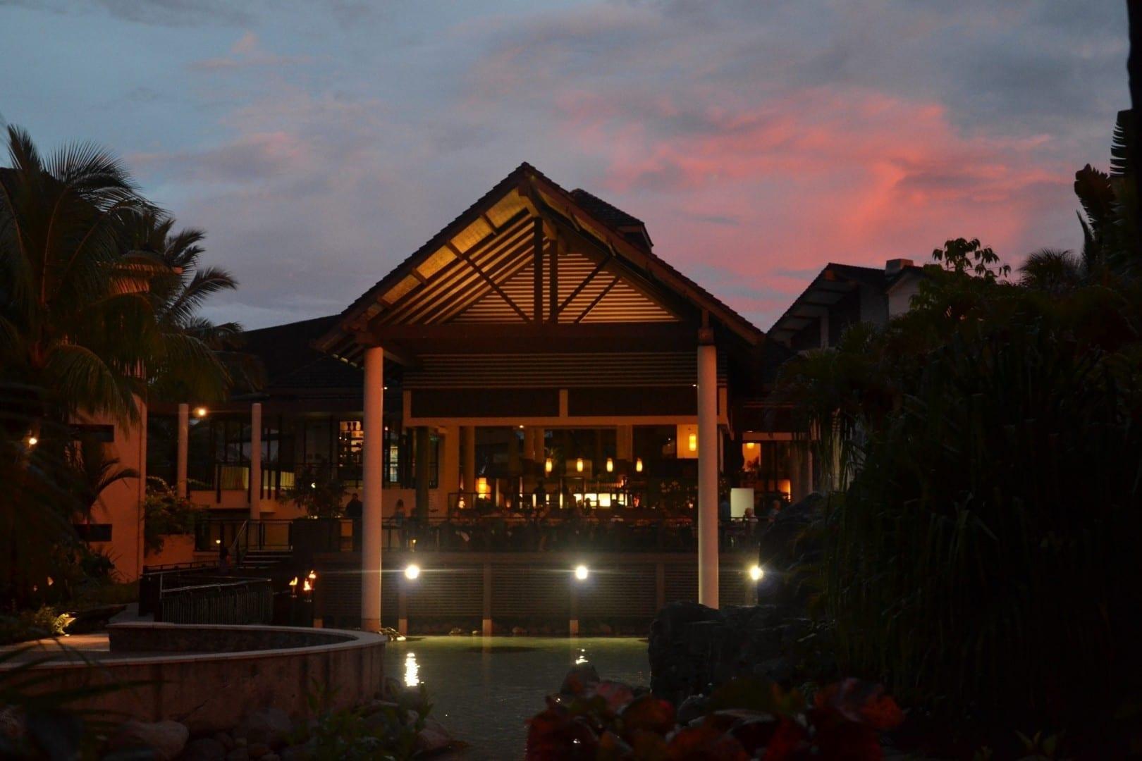 Un bar del hotel al atardecer Fiyi