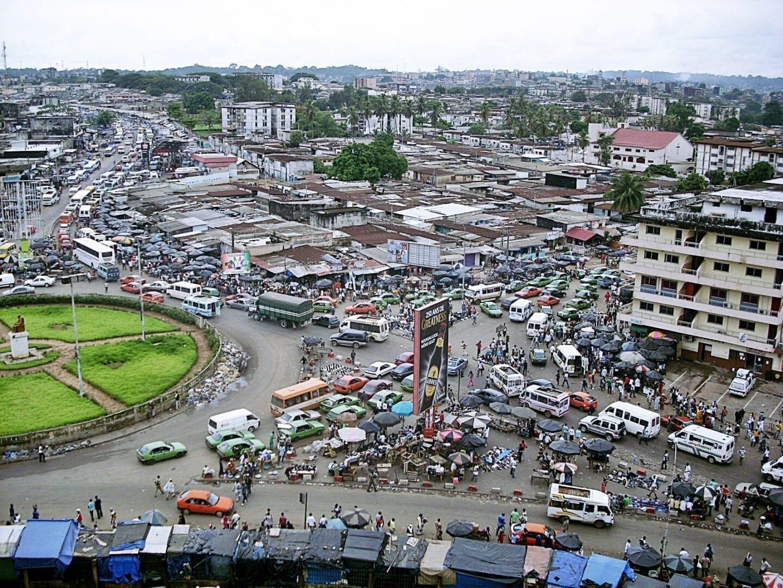 Un día ocupado en Abidjan Costa de Marfil