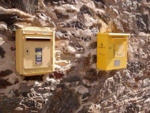 Un edificio con dos buzones en la parroquia de La Massana Andorra