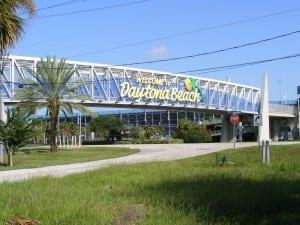 Un saludo de bienvenida a los visitantes al entrar en Daytona Beach y pasar por el Daytona International Speedway. Estados Unidos
