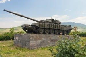 Un tanque T-72 como parte de un memorial de guerra en Stepanakert Azerbaiyán