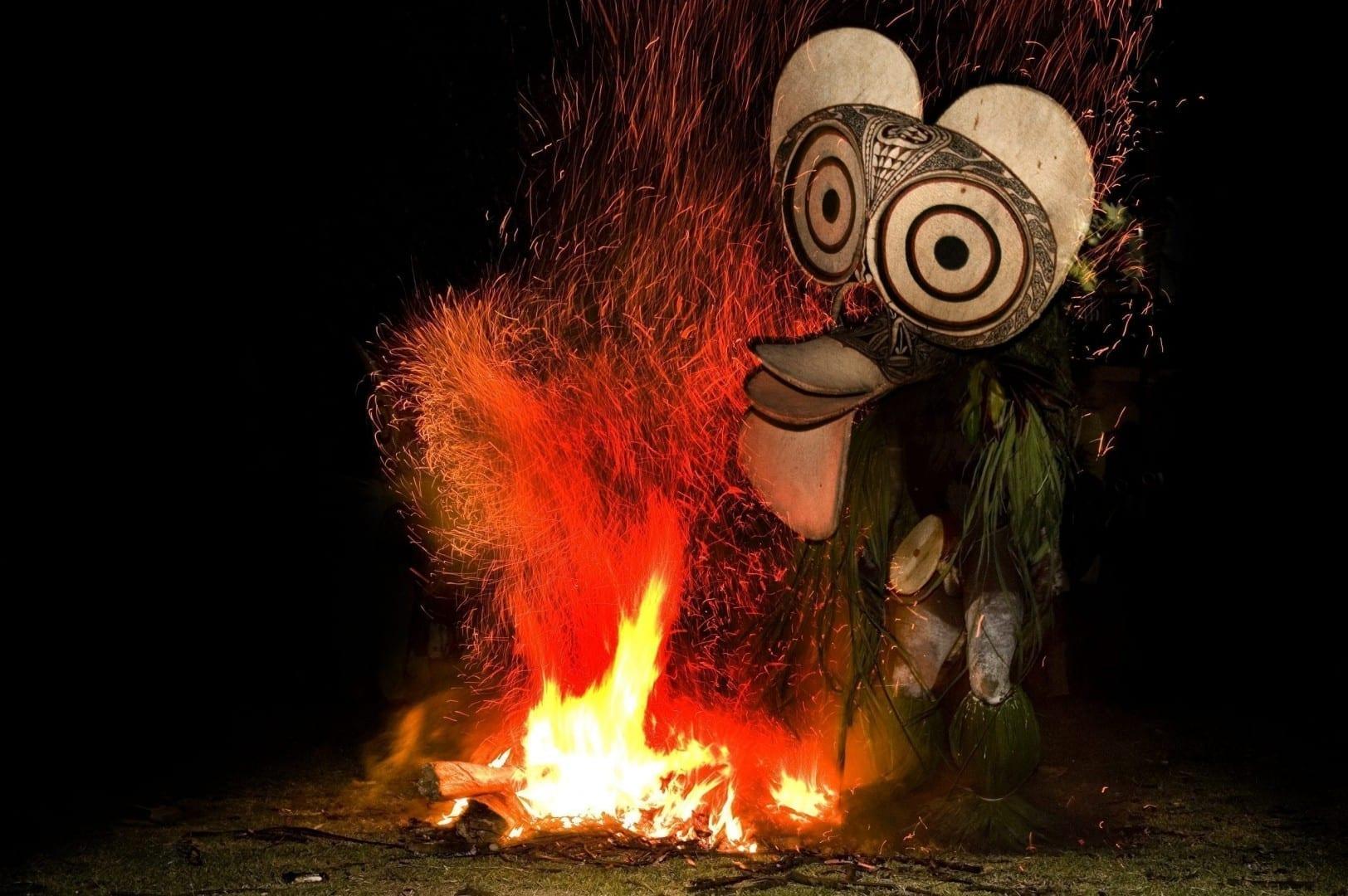 Una bailarina del fuego de Baining entrando en las llamas en Nueva Bretaña Papúa Nueva Guinea