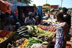 Una rica selección de vegetales en el mercado de Banfora Burkina Faso