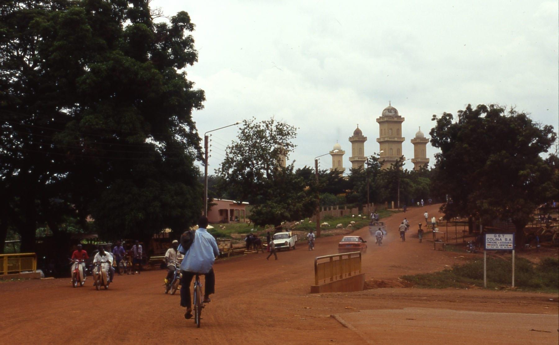 Vista de la calle de Korhogo con la mezquita principal al fondo. Costa de Marfil