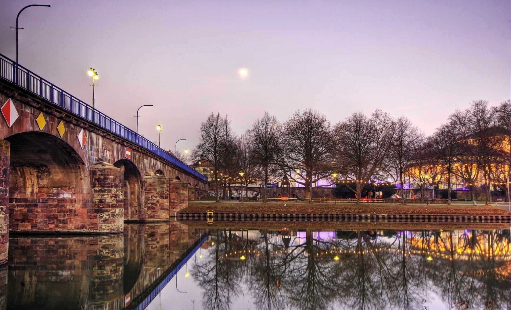 Alte Brücke sobre el río Saar Sarrebruck Alemania