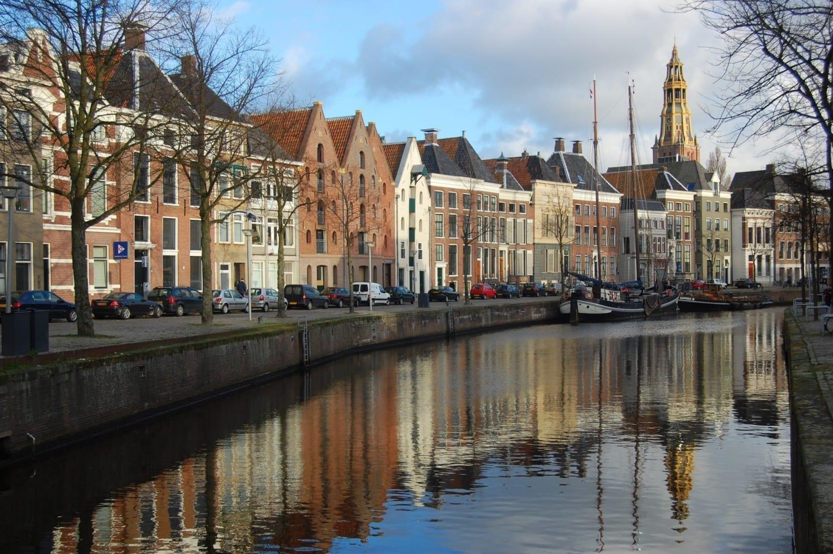 Antiguos almacenes a lo largo del canal de Hoge der Aa. En el fondo, se puede ver la torre del Aa-Kerk. Groninga Países Bajos