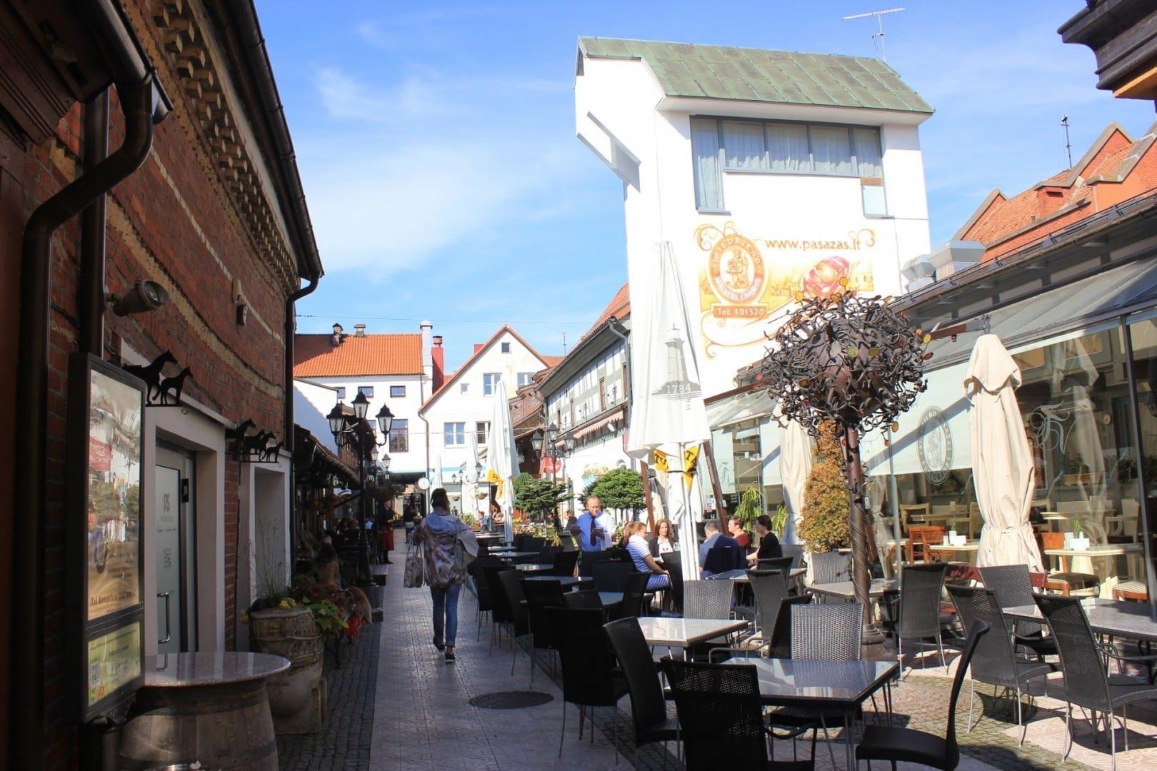 Asientos al aire libre en la calle del restaurante Pasaż Fryderyka Klaipėda Lituania