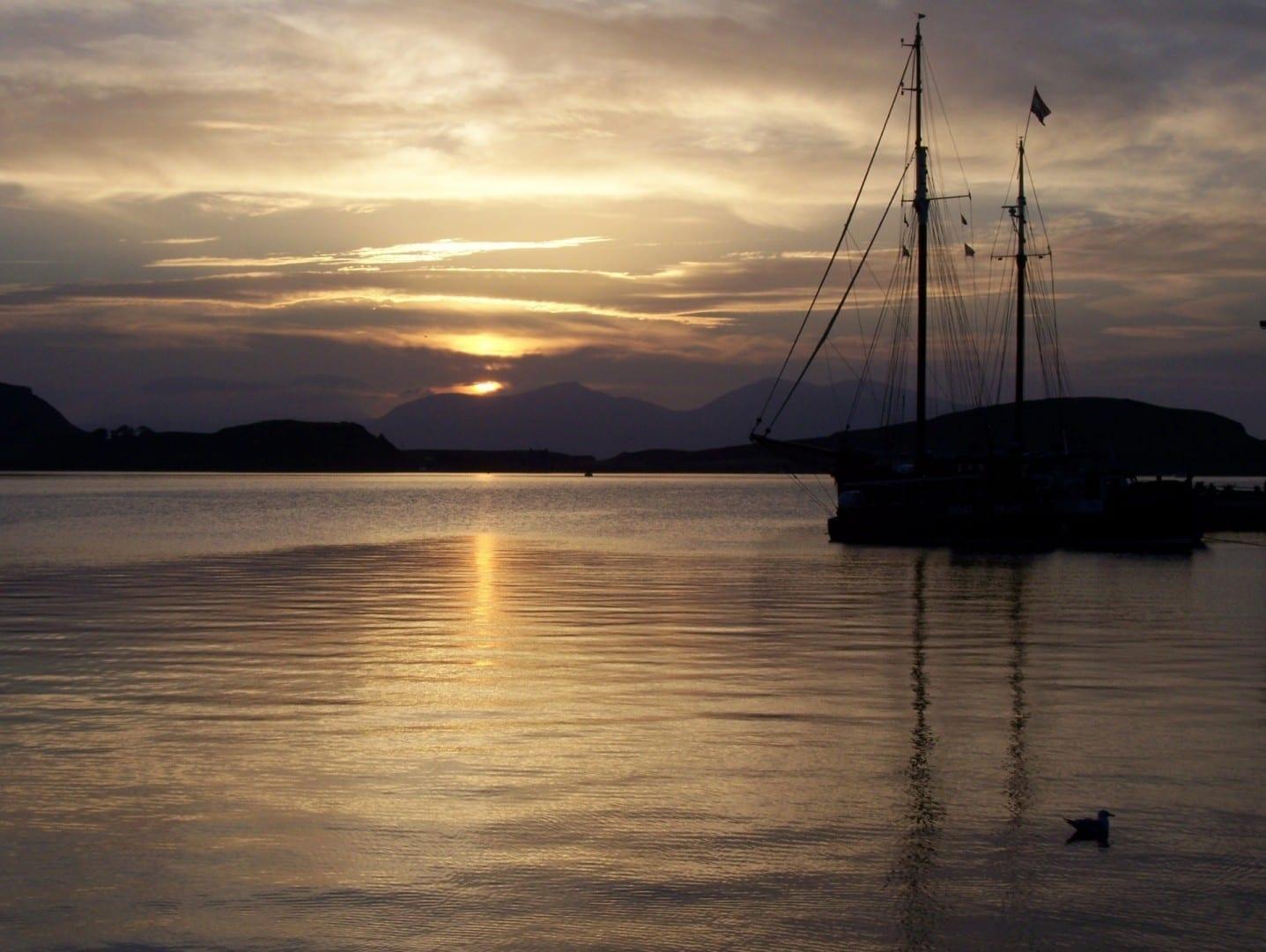 Atardecer en Oban mirando hacia las islas de Kerrara y Mull Oban Reino Unido