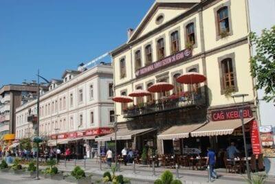 Atatürk Alani, la calle que rodea el parque Meydan en el centro de Trabzon Trebisonda Turquía