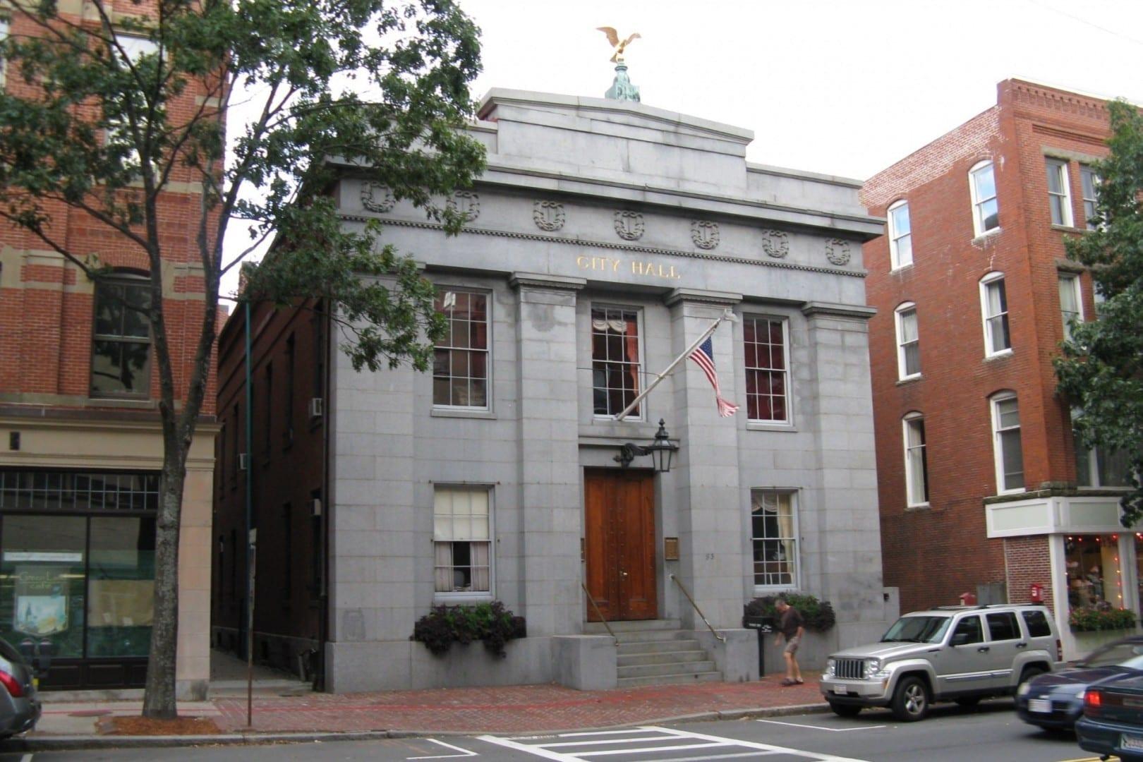 Ayuntamiento de Salem - Arquitectura del Renacimiento Griego, construido en 1838 por el arquitecto Richard Bond (1797-1861) y añadido al Registro Nacional de Salem MA Estados Unidos