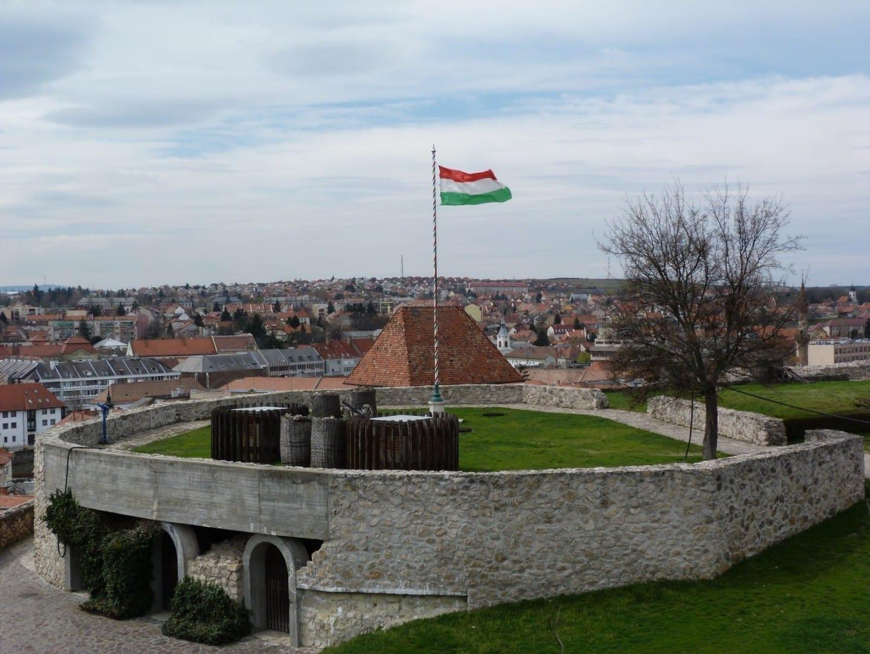 Bandera nacional húngara sobre el Castillo de Eger Eger Hungría