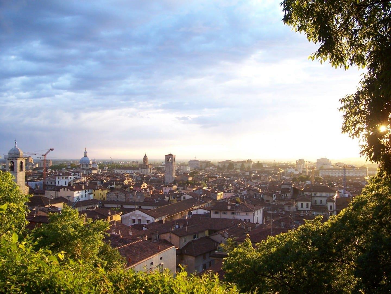 Brescia al atardecer vista desde la colina del castillo Brescia Italia