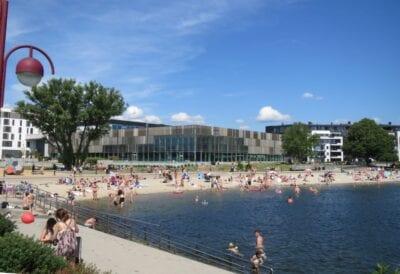 Bystranda y Aquarama (edificio gris al fondo) en un caluroso día de verano Kristiansand Noruega