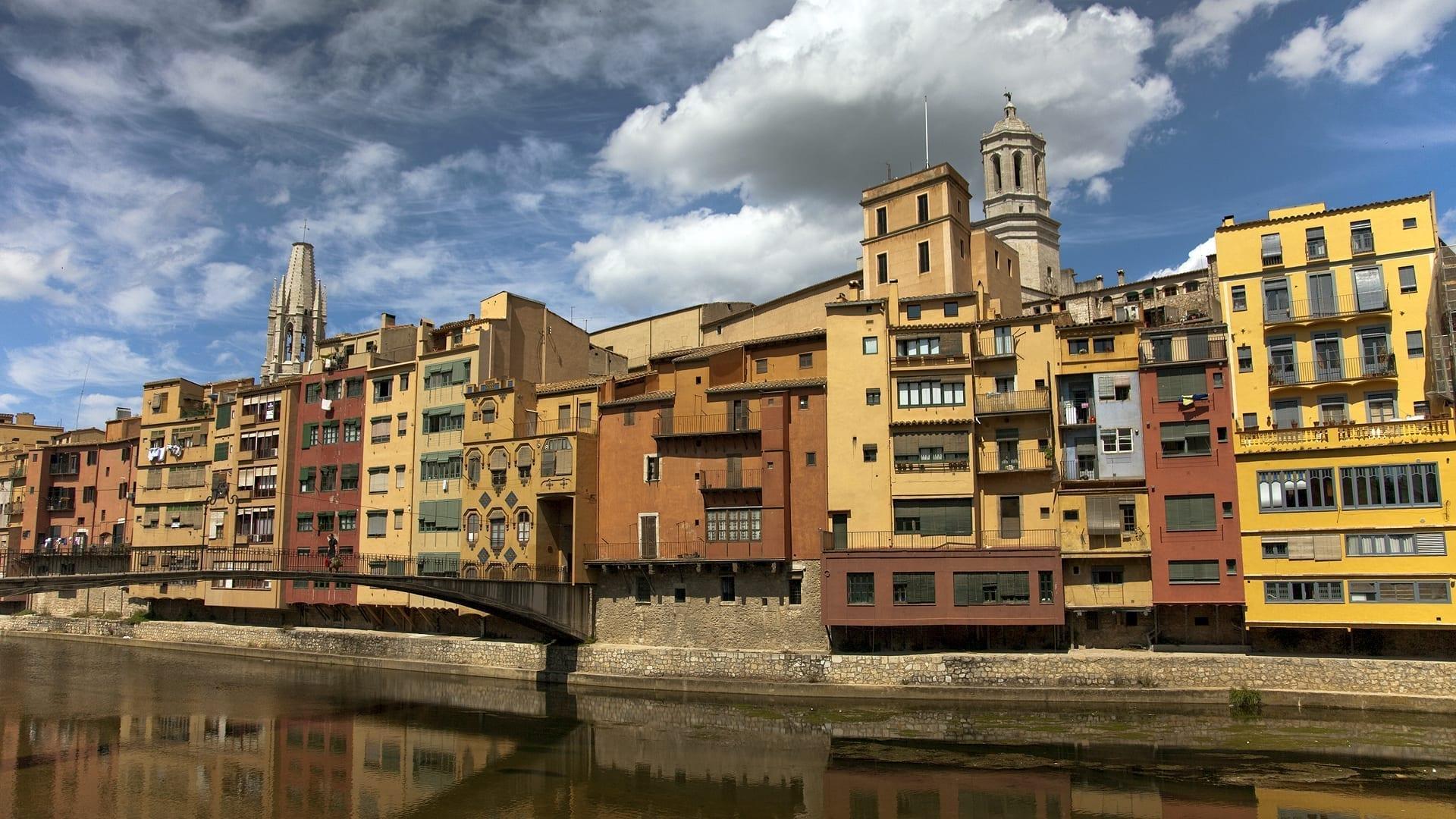 Casas de colores que cuelgan sobre el río Onyar Girona España