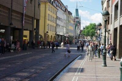 Con ambos Kaufhof, Karstadt y otras tiendas, la Kaiser-Josef-Straße (KaJo) es el lugar para ir de compras en Friburgo. Freiburg im Breisgau Alemania