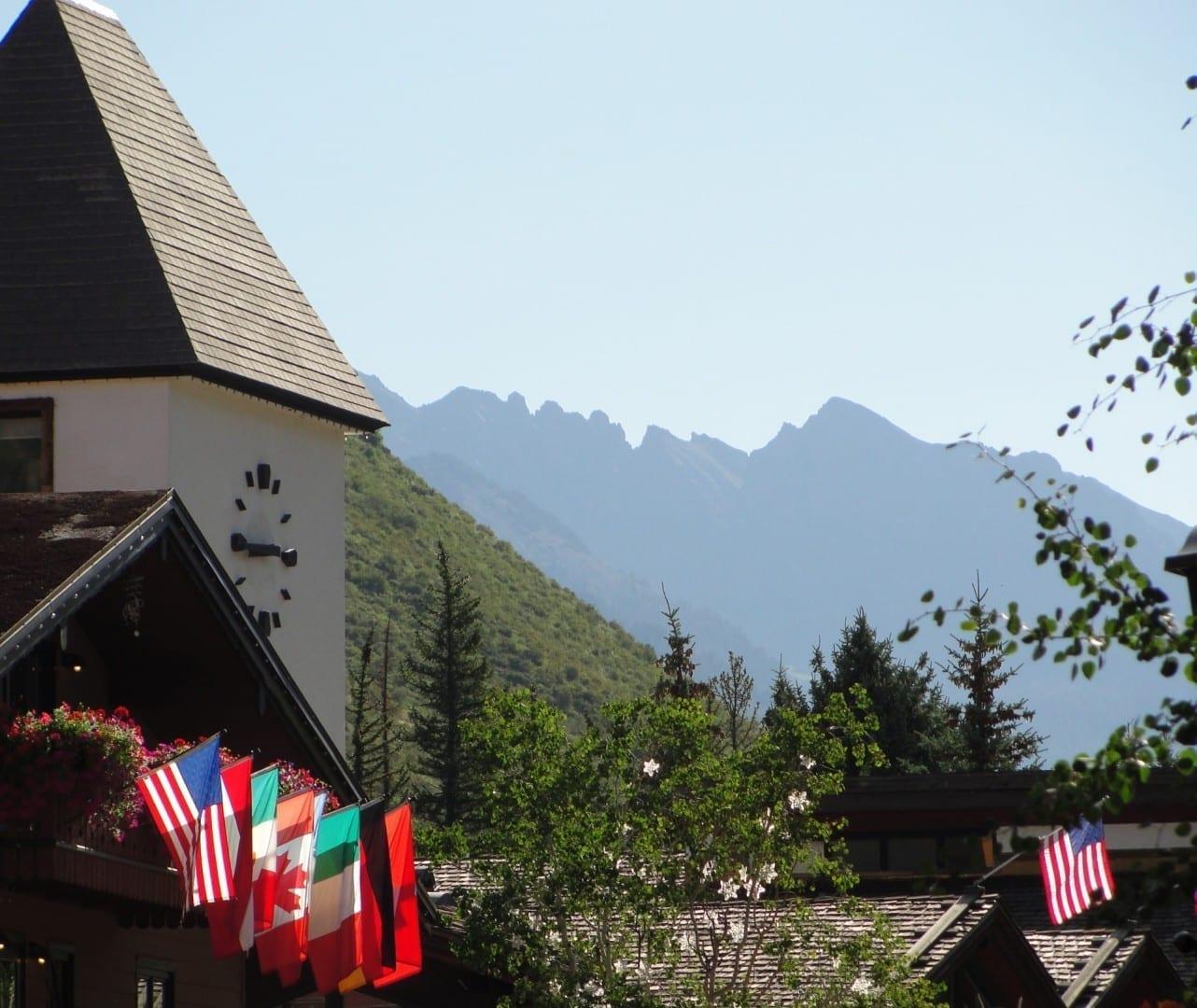 Dos emblemas del Valle de Vail - la Torre del Reloj con la Cordillera de los Gore al fondo Vail CO Estados Unidos