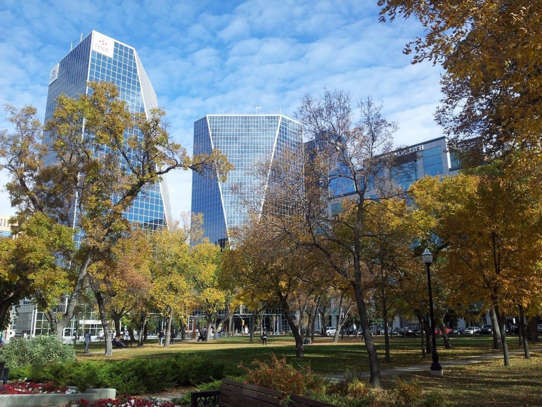 Edificios en el centro de Regina vistos desde el Victoria Park Regina Canadá