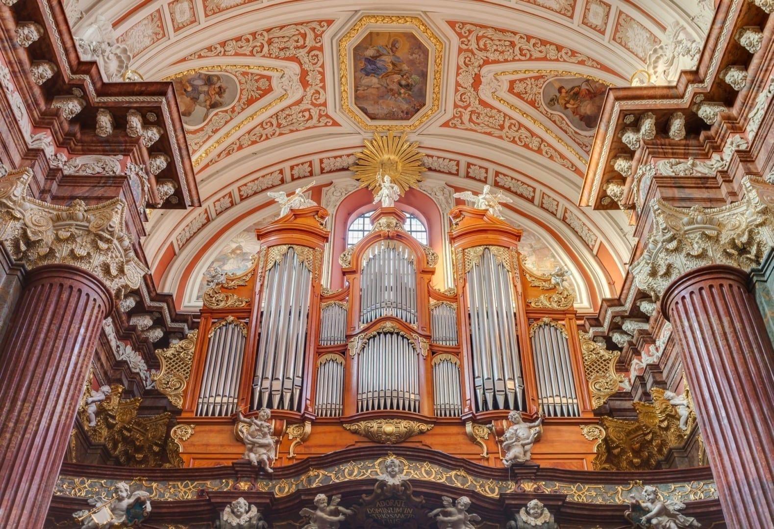 El órgano de tubos de finales del siglo XIX de la Poznań Colegiata Poznan Polonia