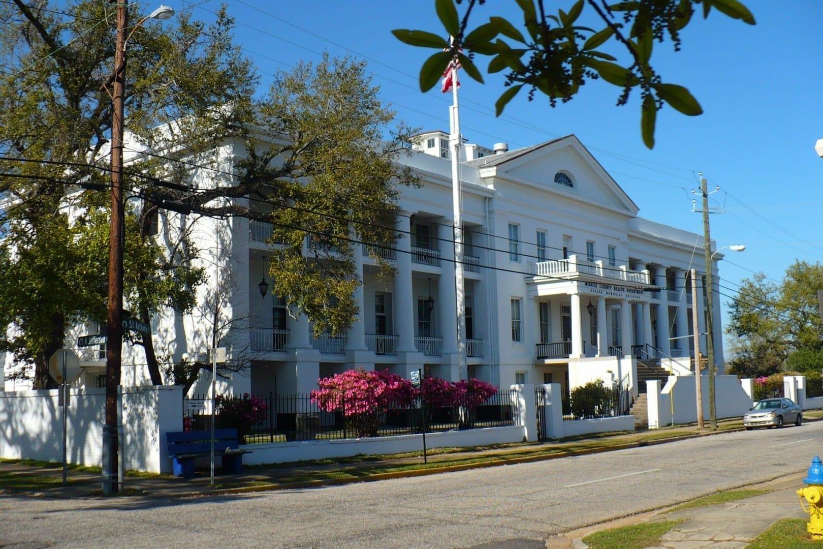 El antiguo Hospital Marino de los Estados Unidos, restaurado y adaptado para su reutilización por el Departamento de Salud del Condado de Mobile. Mobile AL Estados Unidos