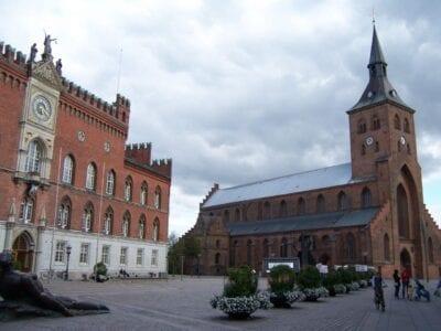 El Ayuntamiento y la Iglesia de San Knud Odense Dinamarca