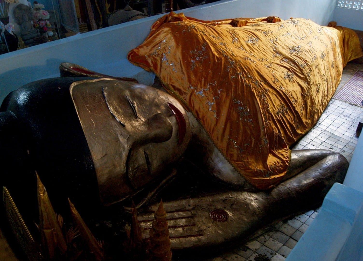 El Buda reclinado en el Wat Preah Prom Rath Siem Reap Camboya