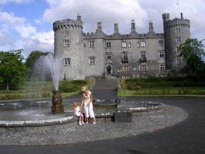 El castillo de Kilkenny visto desde el jardín de rosas Kilkenny Irlanda