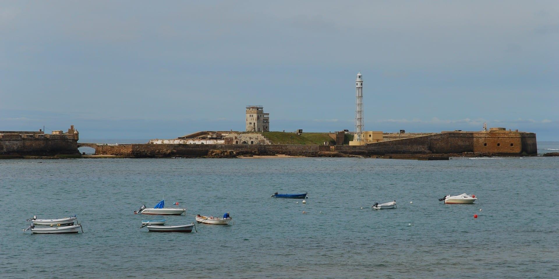 El Castillo de San Sebastián en Cádiz visto desde el cercano Castillo de Santa Catalina Cádiz España