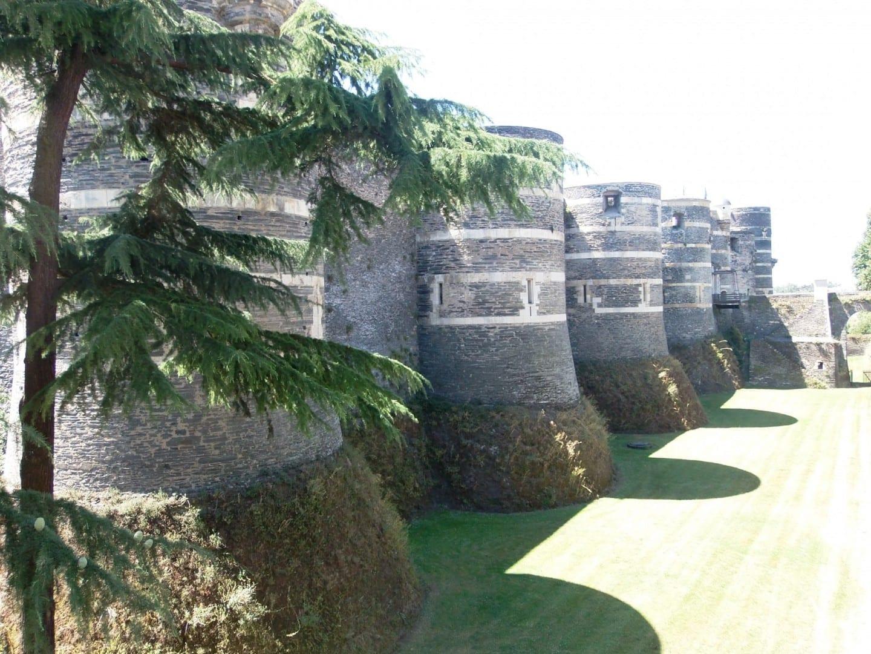 El castillo es famoso por su color negro Angers Francia