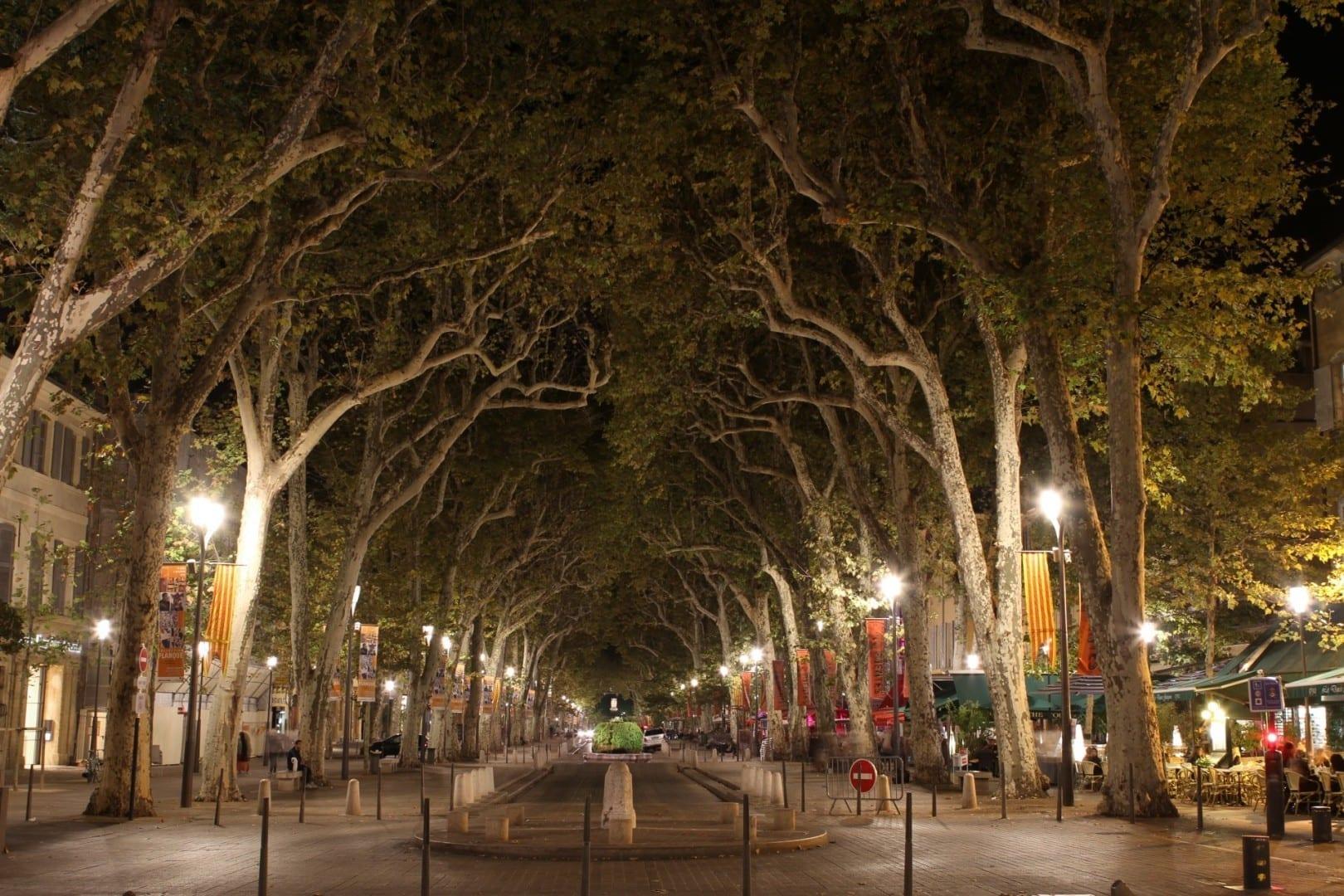El Cours Mirabeau de noche Aix-en-Provence Francia