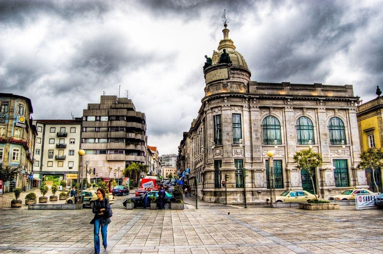 El edificio del Banco de Portugal fotografiado durante una tormenta Braga Portugal