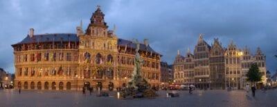 El Grote Markt con los Stadhuis Amberes Bélgica