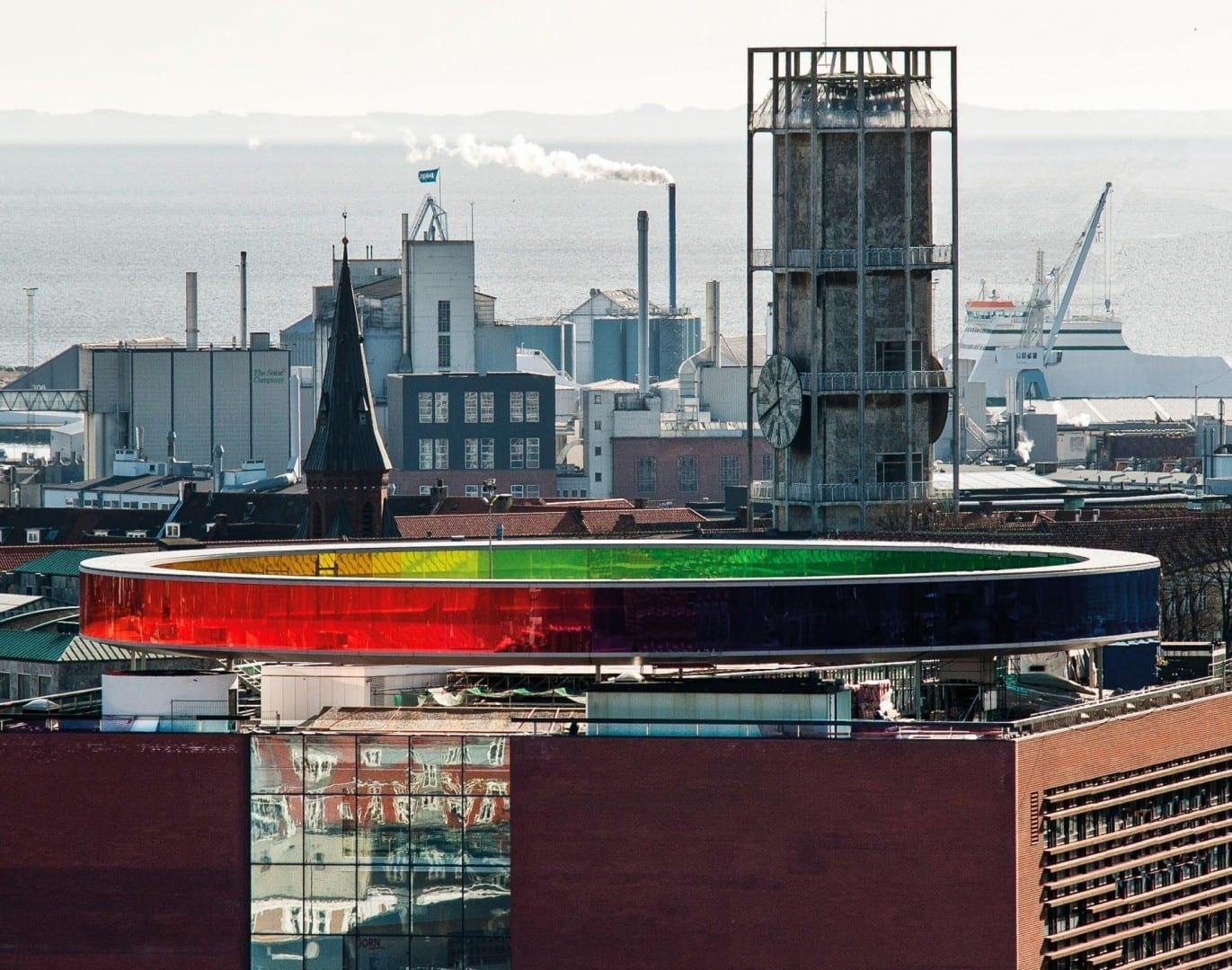 El horizonte de Aarhus con el Museo de Arte ARoS y la emblemática torre del reloj del Ayuntamiento de Aarhus. Aarhus Dinamarca