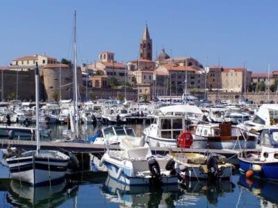 El horizonte de la Ciudad Vieja y el puerto deportivo Alghero Italia